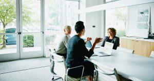 Quem escolhe a administradora do condomínio e quais suas funções?